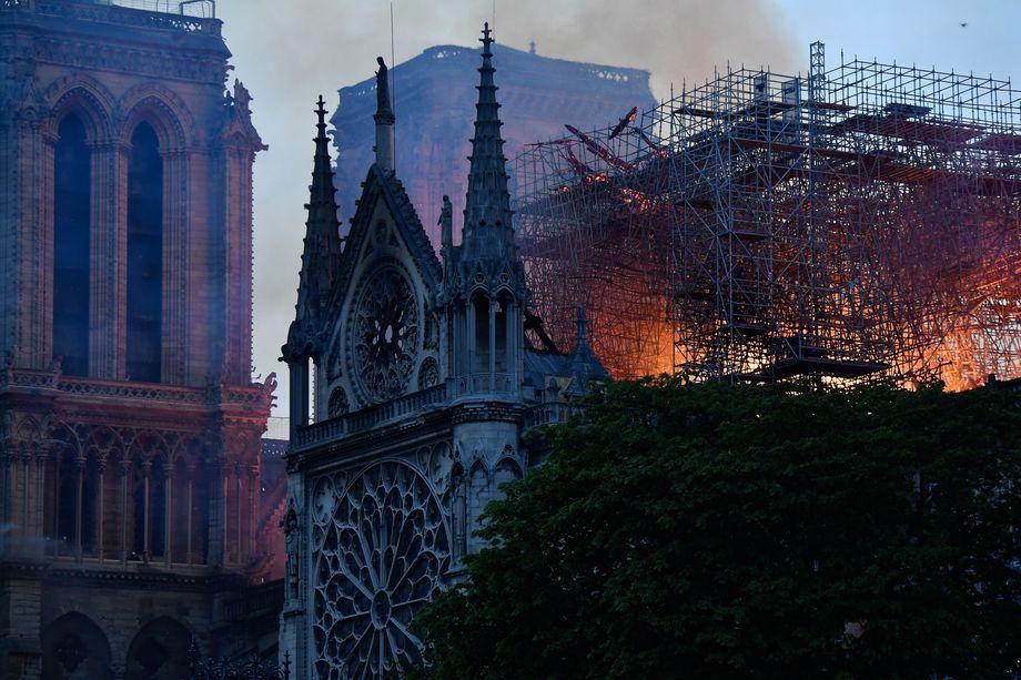 Сильный пожар в соборе Парижской Богоматери произошёл 15 апреля 2019 года.