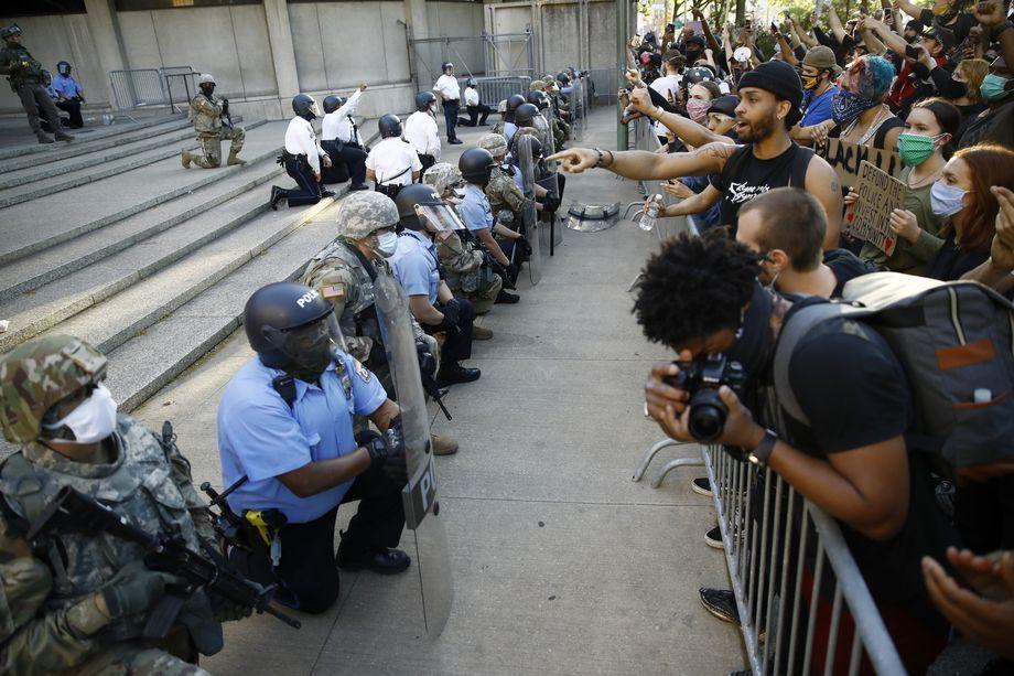 Яркий инцидент со вставшей на колени полицией напоминает чистой воды флешмоб.