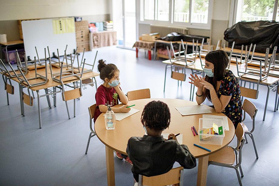 Французское правительство, открыв часть учебных заведений 11 мая, через неделю было вынуждено закрыть почти все снова.