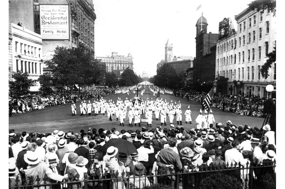 1925 год. Ку-клукс-клан проходит маршем по Пенсильвания-авеню в Вашингтоне, округ Колумбия.