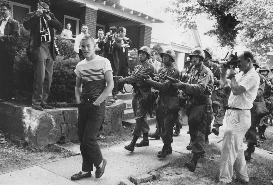 3 сентября 1957 года. Литл-Рок, штат Арканзас. Солдаты Национальной гвардии противостоят расисту, ученику Центральной средней школы города.