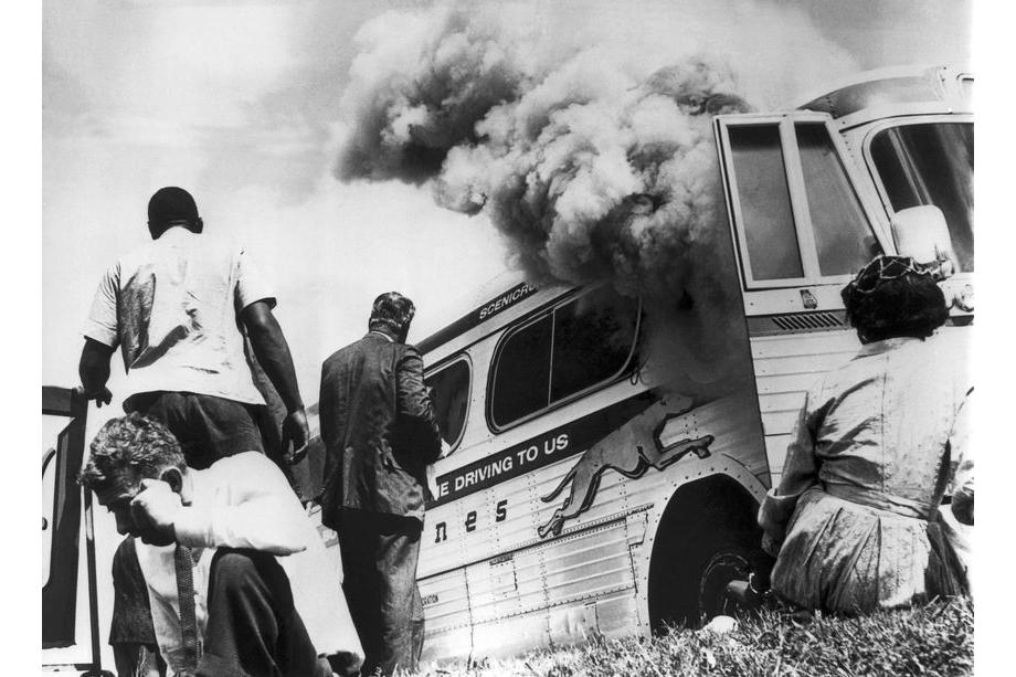 14 мая 1961 года. Аннистон, штат Алабама. Участники «Рейда Свободы», поддерживаемого Конгрессом расового равенства, спасаются от огня и дыма после того, как на въезде в город на их автобус напала группа белых.