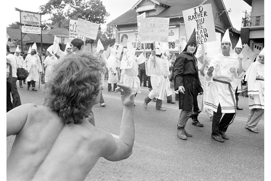 9 июня 1984 года. Хьюстон. Реакция толпы на марш ку-клукс-клана в сердце гей-сообщества города. Около 55 членов клана прошли маршем под защитой сотен полицейских.