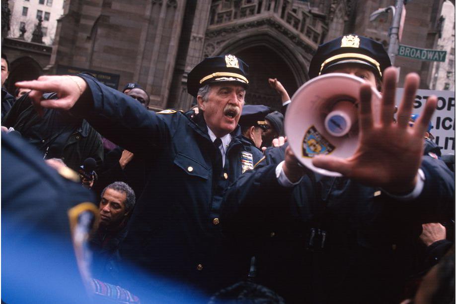 3 марта 1999 года. Нью-Йорк. Полицейские пытаются разогнать протестующих против полиции из-за расстрела безоружного иммигранта Амаду Диалло.