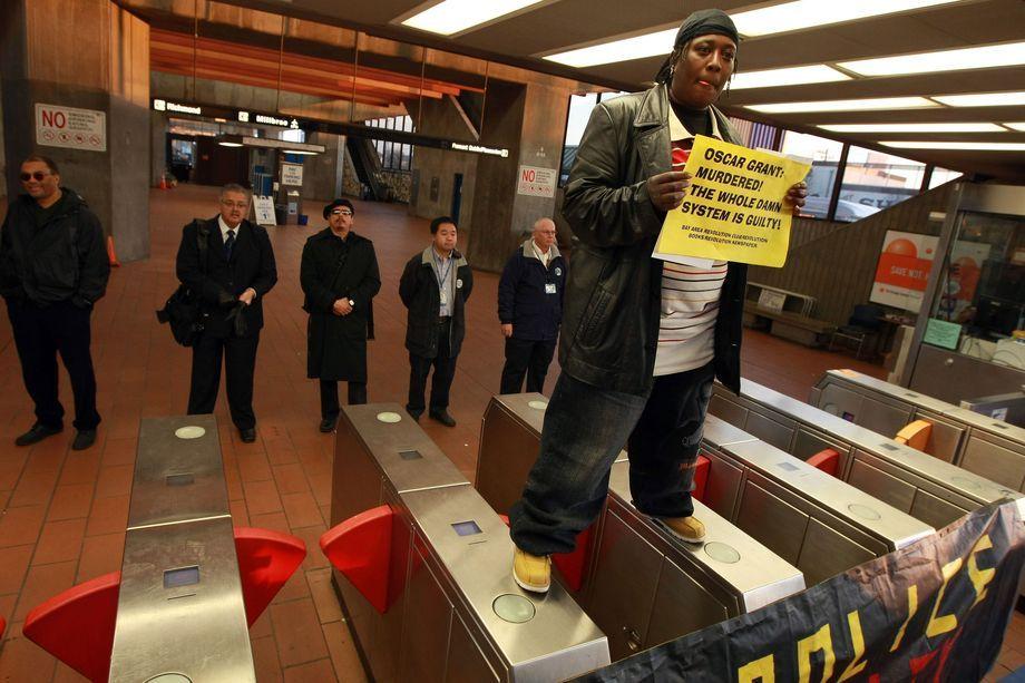 7 января 2009 года. Окленд, штат Калифорния. Протест на станции Фрутвейл системы скоростного транспорта BART. 1 января 2009 года офицер полиции BART застрелил в спину 22-летнего афроамериканца Оскара Гранта.