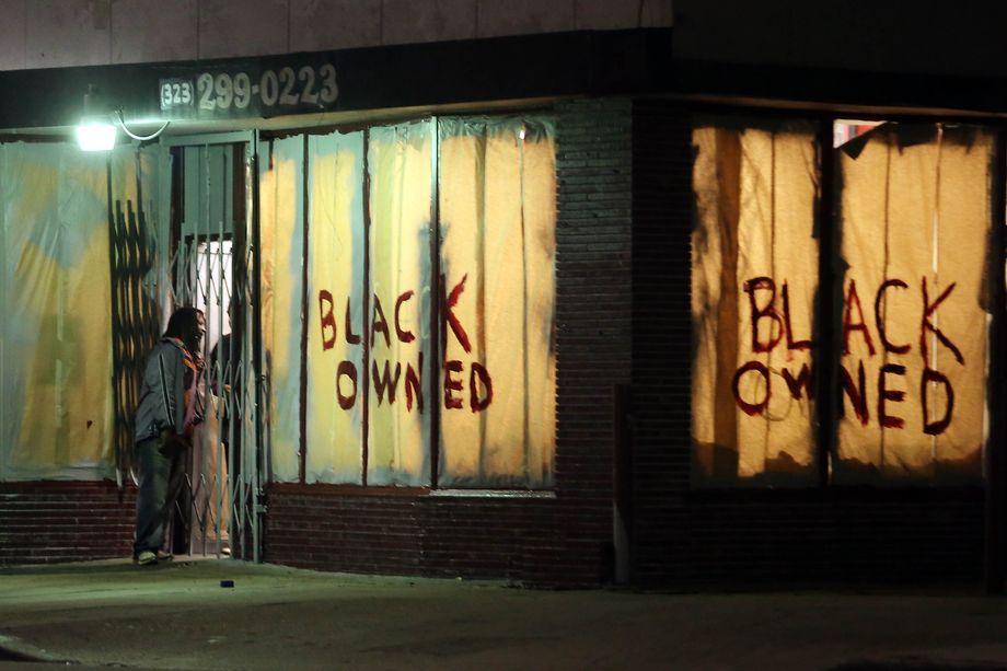 14 июля 2013 года. Лос-Анджелес, штат Калифорния. Надписи на заклеенных витринах магазина дословно гласят: «Принадлежит чёрному». Город захлестнула волна беспорядков и грабежей на фоне протестов против оправдательного приговора Джорджу Циммерману.