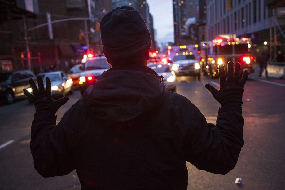 13 декабря 2014 года. Нью-Йорк. Тысячи людей приняли участие в «Дне возмущения» против полицейского насилия и убийств после недавних решений большого жюри в связи с гибелью Эрика Гарнера и Майкла Брауна.