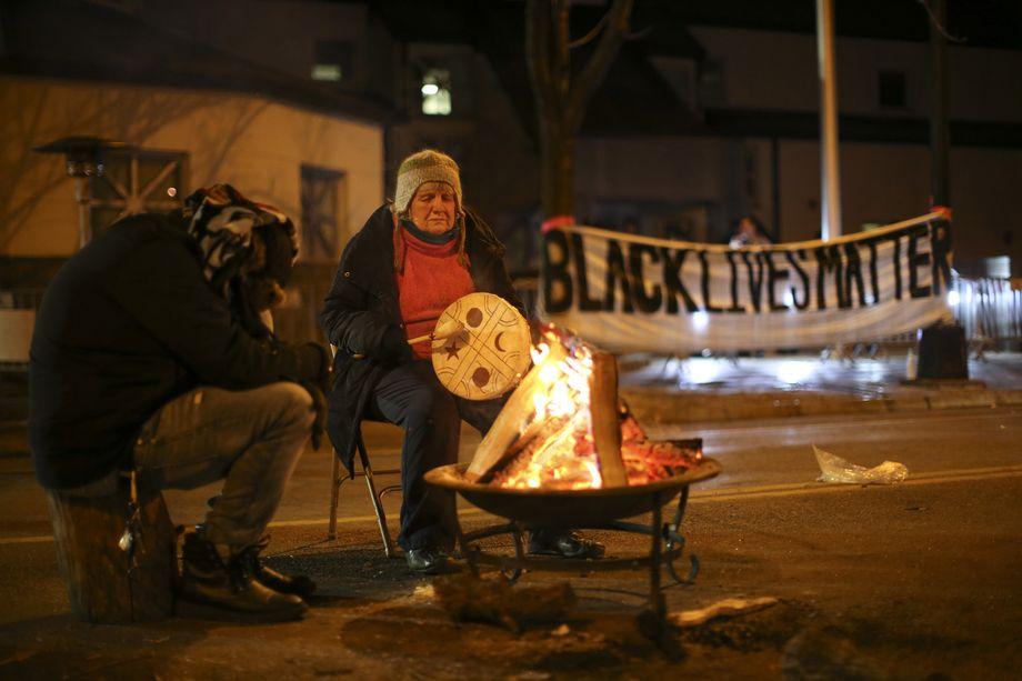 24 ноября 2015 года. Миннеаполис, штат Миннесота. Демонстранты греются перед штаб-квартирой полиции ранним утром.