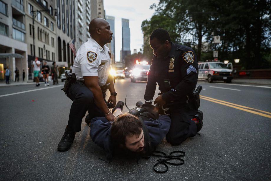 3 июня 2020 года. Нью Йорк. Полицейские-афроамериканцы арестовывают нарушившего комендантский час белого участника протестов против безнаказанности полиции по делу Джорджа Флойда.