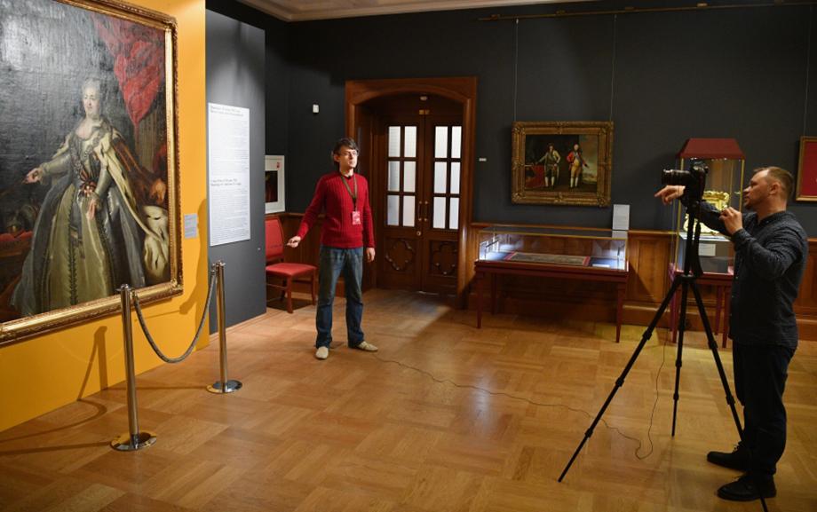 Почти все российские музей на время самоизоляции перешли в онлайн. Появилось множество интересных проектов, а зрители смогли «прогуляться» по известным музеям, куда, возможно, никогда бы не попали в нормальной жизни.