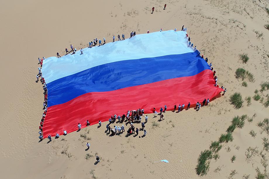 Российский флаг на песчаном бархане Сары-кум.