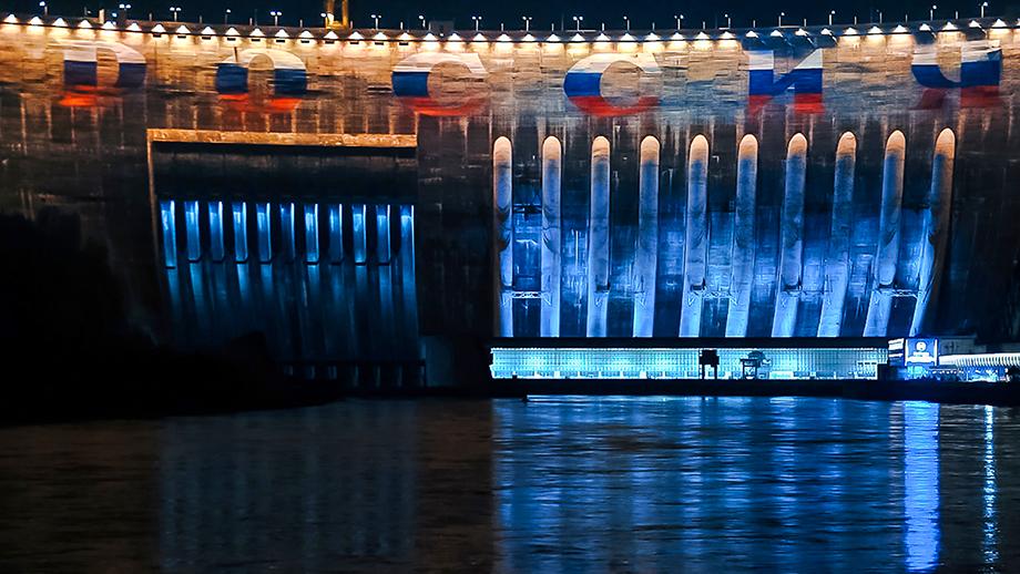 Надпись «Россия» на ГЭС.