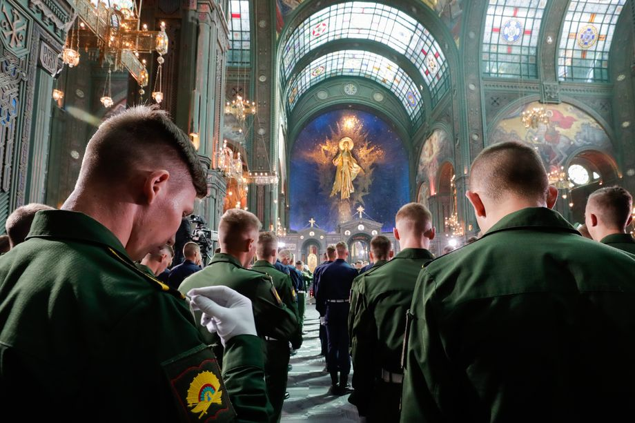 Военнослужащие во время церковной службы.