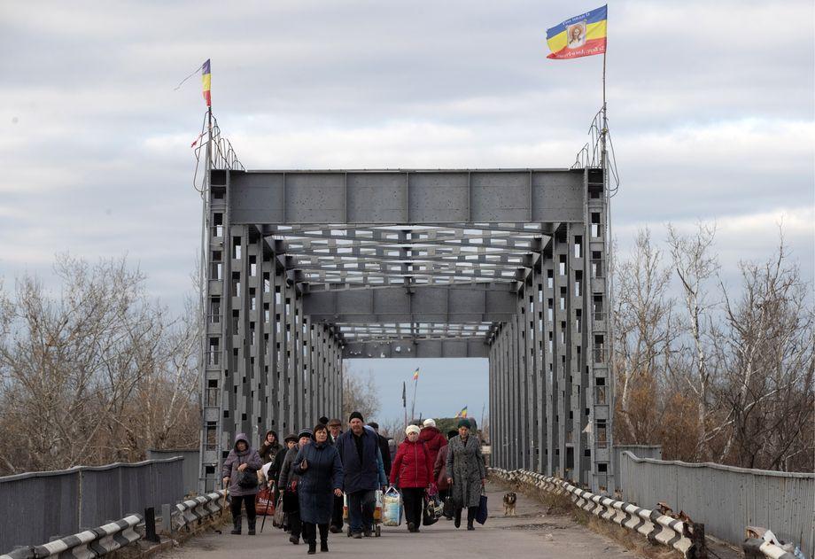 Фактическое закрытие границ привело к тому, что ДНР оказалась отрезанной от родного государства. Недоступными для жителей Донецка и Луганска стали работа и банковские счета.