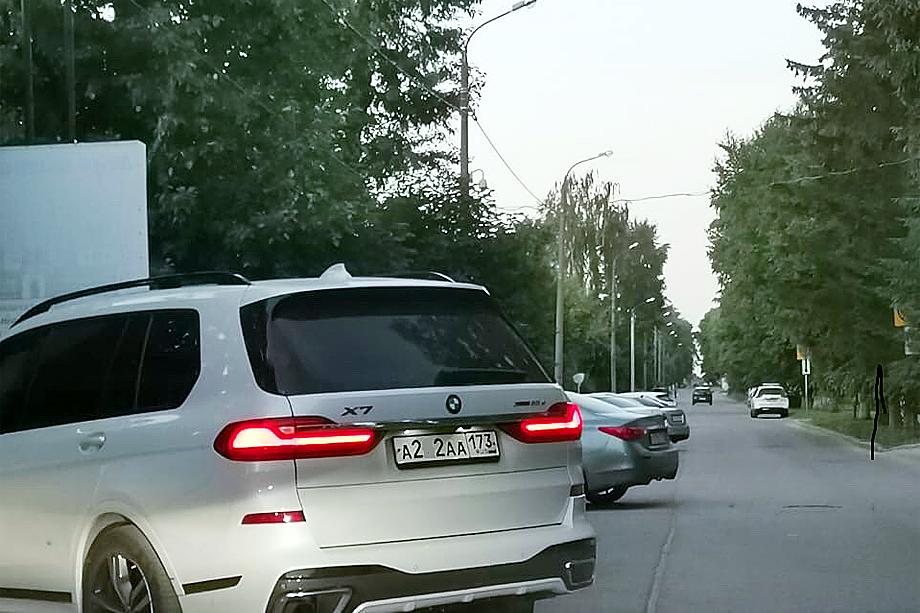 Супруга Михаила Сычёва приехала к зданию ФСБ, где допрашивали её мужа, на автомобиле стоимостью 7–10 миллионов рублей.