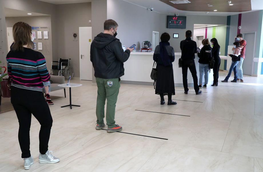 Около лабораторий, проводящих тестирование, регулярно стоят очереди.