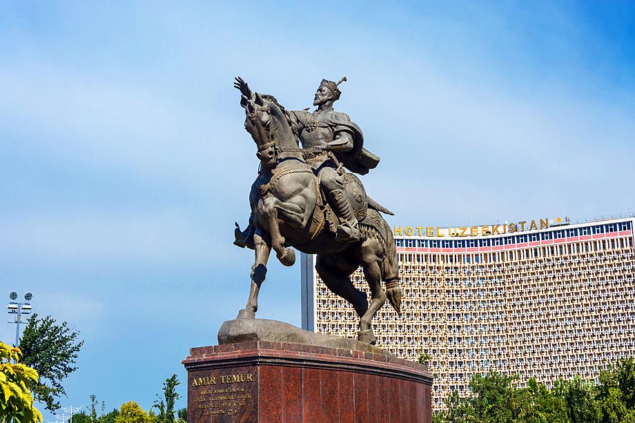 Памятник Тимуру-завоевателю в Ташкенте.