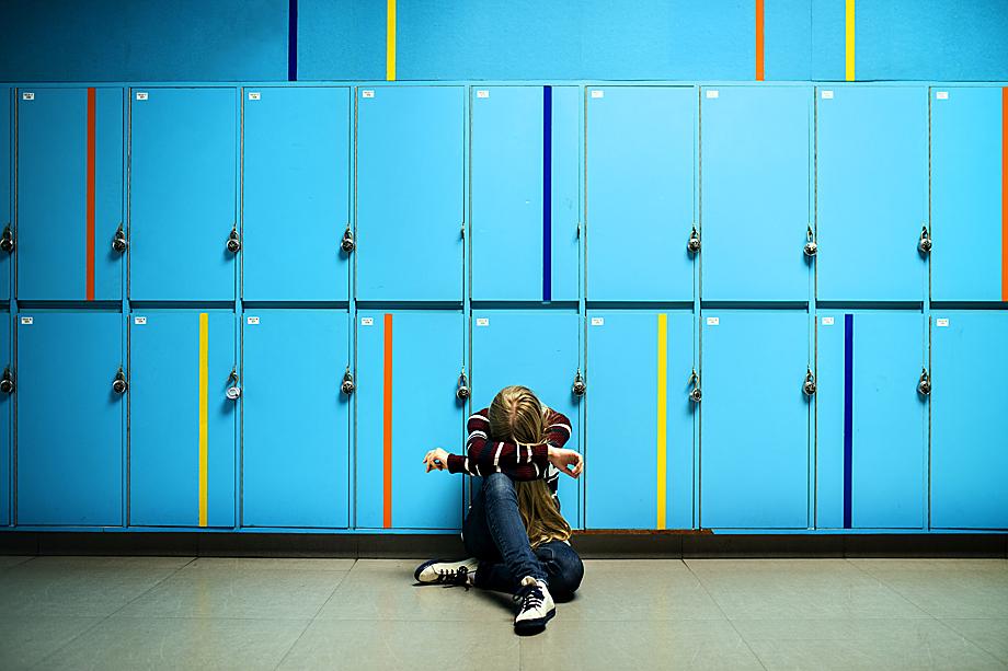 Неважно, с чьей стороны ребёнку нанесена психологическая травма – со стороны преподавателя или со стороны сверстников. Последствия для развития личности могут быть одинаково негативными.
