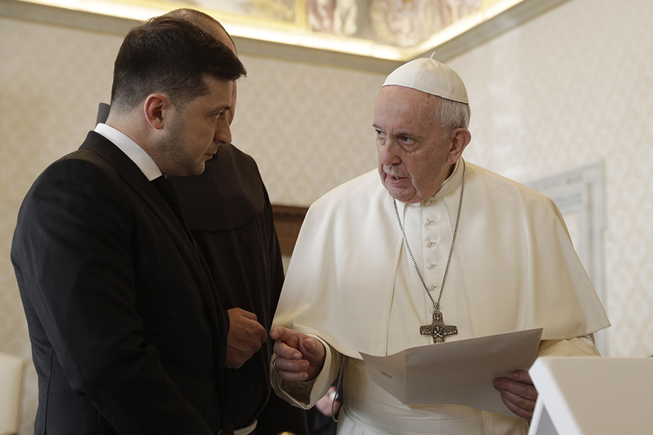 Папа Римский поблагодарил Зеленского за миротворческие усилия по Донбассу. А что не так?