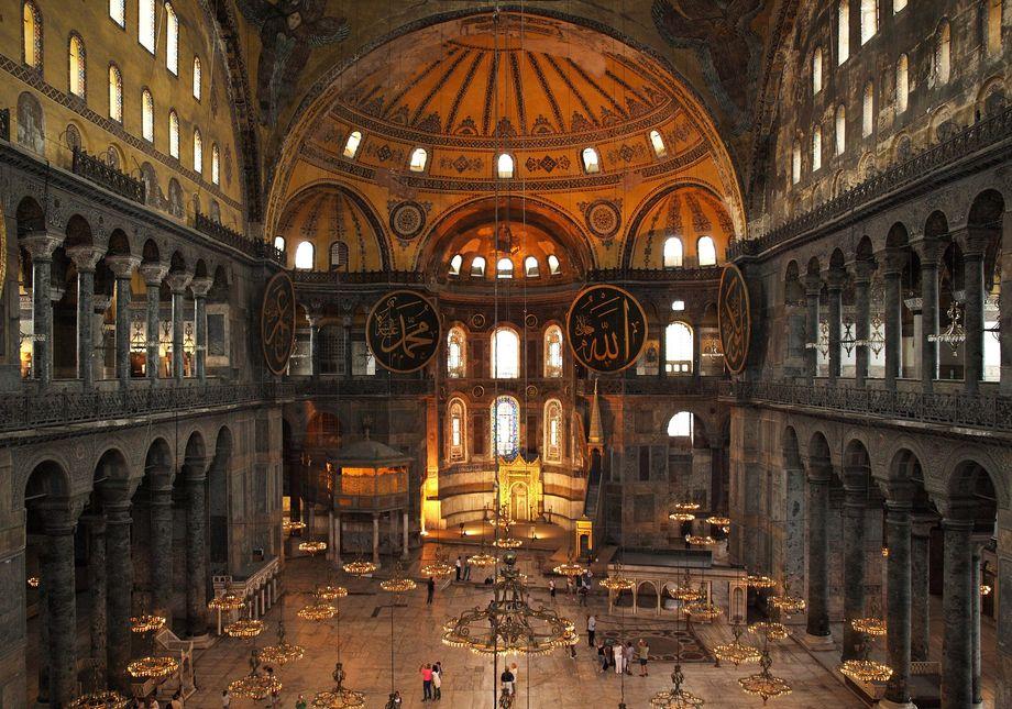 На протяжении почти 1500 лет собор Святой Софии «впитывал» в себя атрибуты и молитвы двух религий – христианства и ислама.