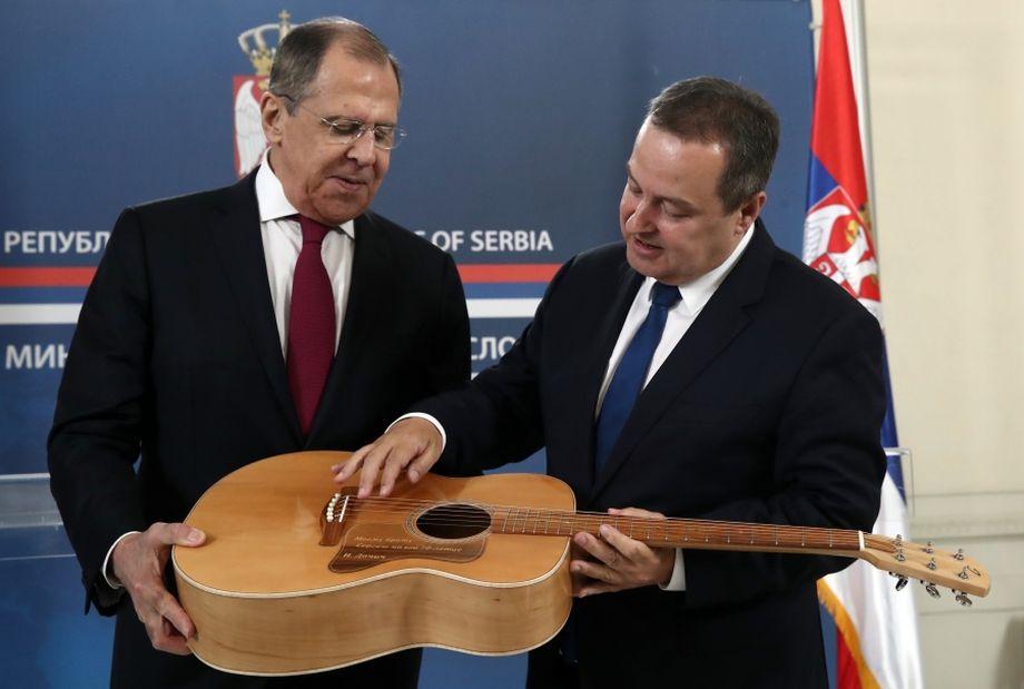 Если на встрече с президентом Сербии Сергей Лавров держался холодно, то со своим сербским коллегой Ивицей Дачичем глава российского МИД тепло обменялся дружескими подарками.