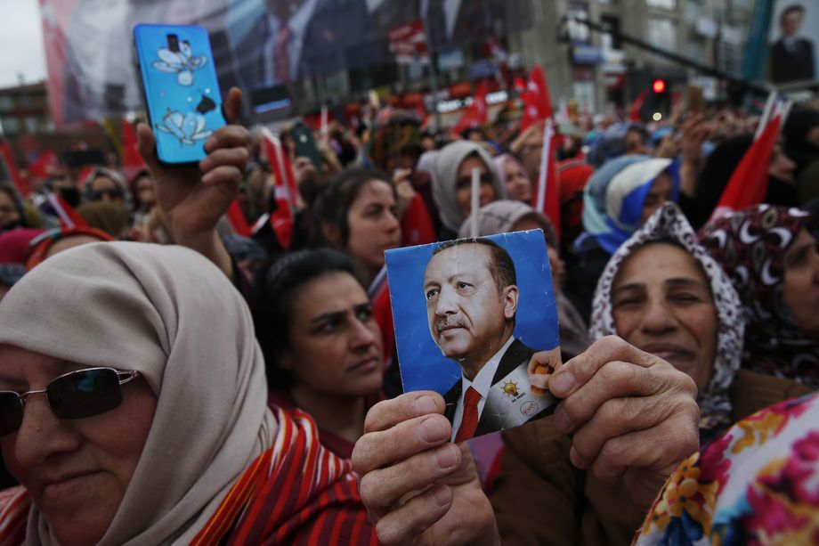 Рейтинг нынешнего президента Турции очень ослаб: его деятельность на сегодняшний день одобряют всего 50,8 процента граждан страны. И показатель снижается каждый месяц.