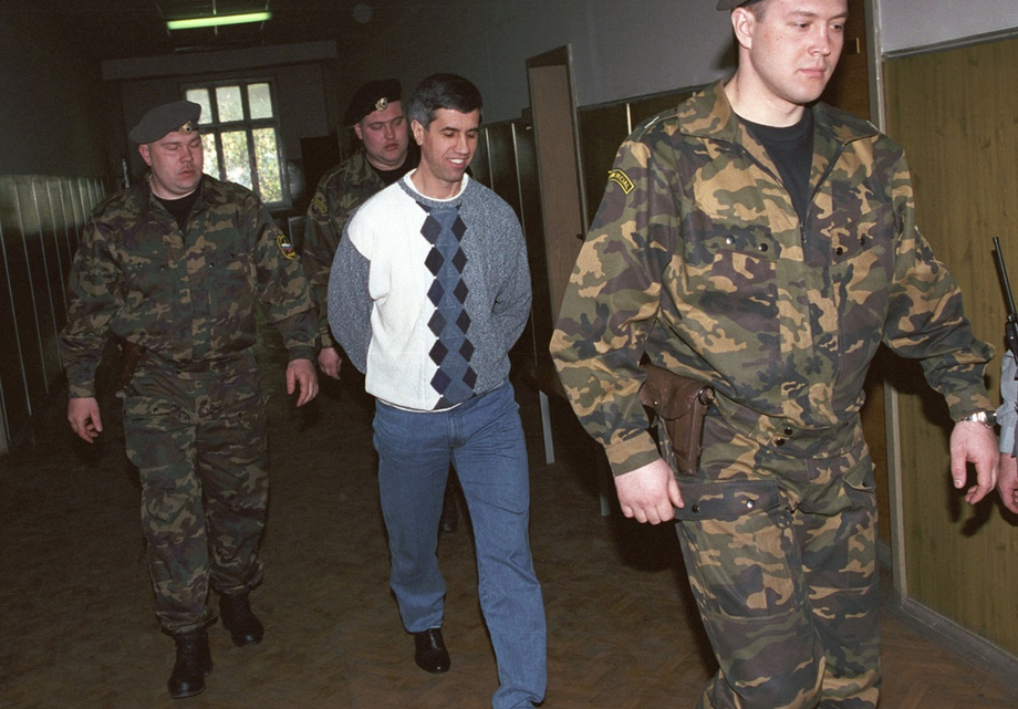 Бывший глава Красноярского алюминиевого завода Анатолий Быков (в центре) перед началом судебного заседания. 2002 год.