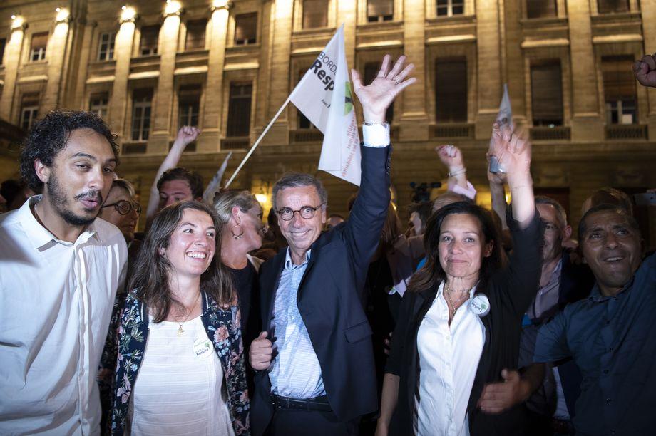 Пьер Урмик празднует свою победу на выборах.