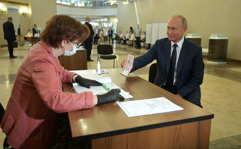 Владимир Путин голосовал по старинке: лично и в основной день общероссийского голосования.