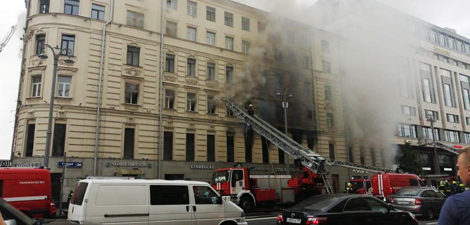 Площадь пожара составляет 300 кв. метров.