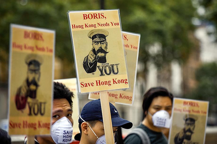 Надписи на плакатах недвусмысленны: «Борис, ты нужен нам! Спаси Гонконг!»