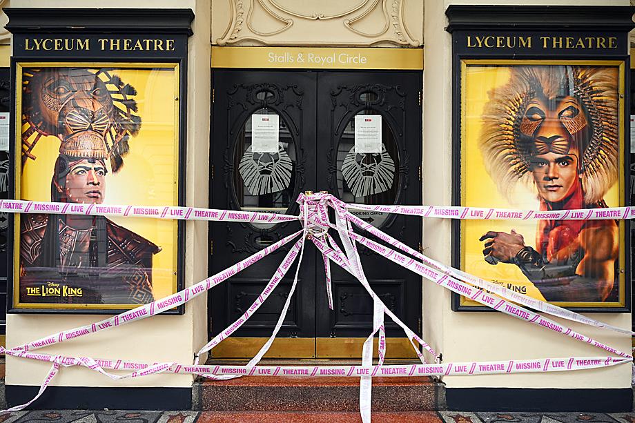 Из-за эпидемии британские театры и музеи были закрыты несколько месяцев и постепенно открываются лишь с начала июля.