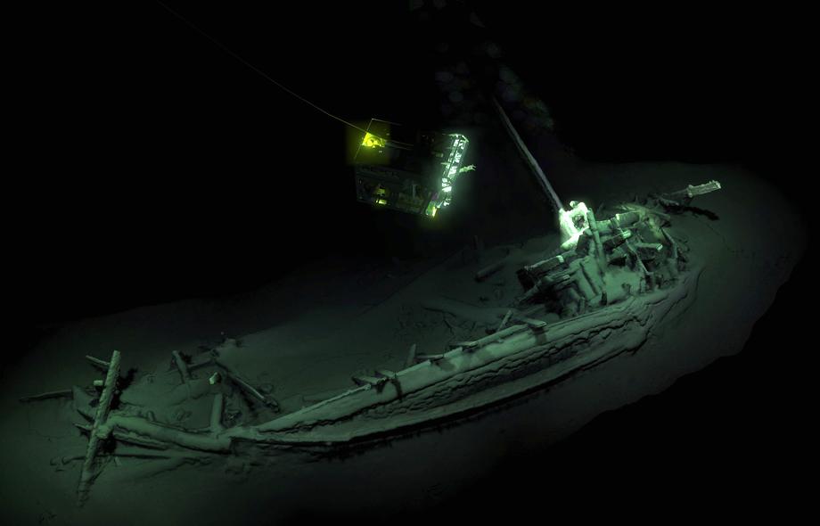 Корабль, длина которого составляет 23 метра, найден лежащим на глубине порядка 2 тысяч метров в 80 километрах от города Бургас. Археологи уже назвали находку самым древним нетронутым затонувшим кораблём за всю историю исследований.