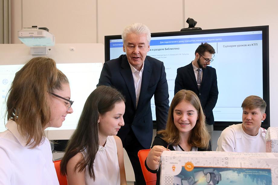 Сергей Собянин – большой поклонник цифровизации, поэтому Москва давно активно строит электронную школьную среду.