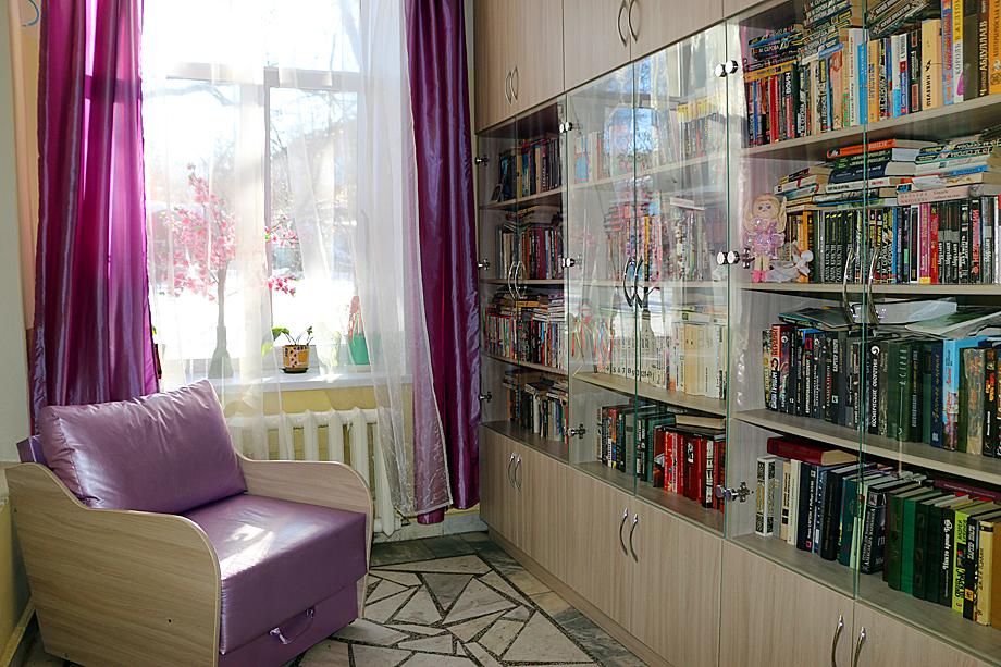 Комната отдыха и библиотека в паллиативном стационаре.