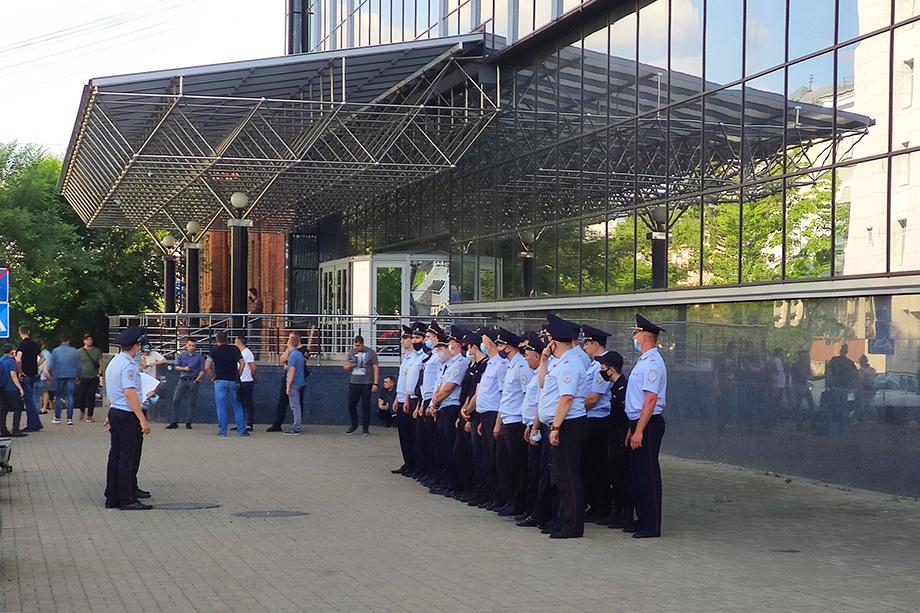 Сегодня у краевой администрации замечены отряды полицейских.