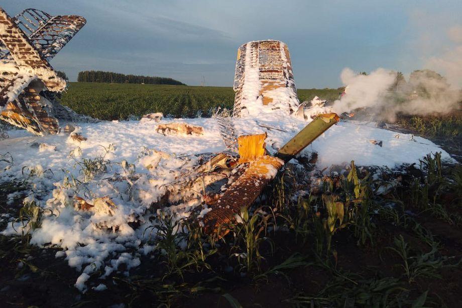 На месте крушения самолёта работают спасатели и сотрудники Приволжского следственного управления на транспорте СК РФ.