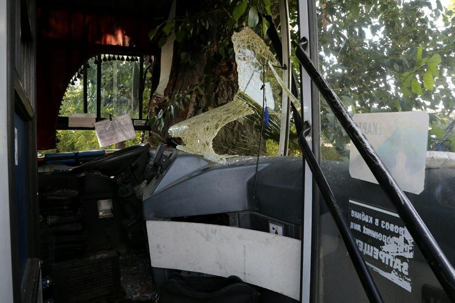 Кабина водителя после столкновения.