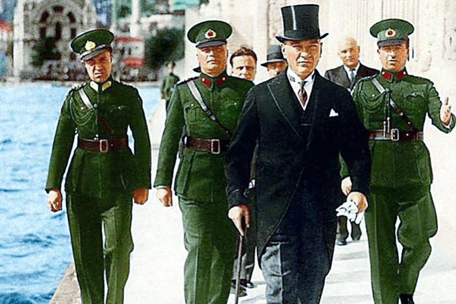 Мустафа Кемаль Ататюрк поставил молодую Турецкую республику на светский путь развития. До сих пор большинство турецких граждан относится к нему с величайшим уважением.