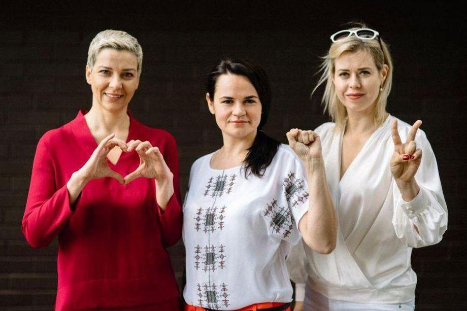 Представитель штаба Бабарико Мария Колесникова (слева), кандидат в президенты Светлана Тихановская (в центре) и  представитель штаба Цепкало Виктория Цепкало (справа).
