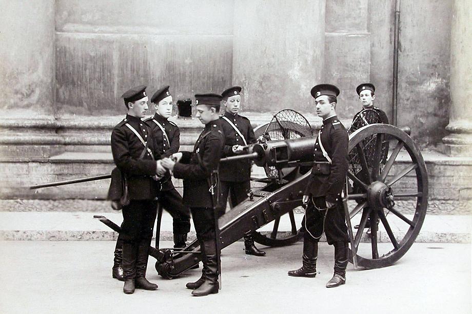 Группа пажей – воспитанников корпуса – у артиллерийского орудия.