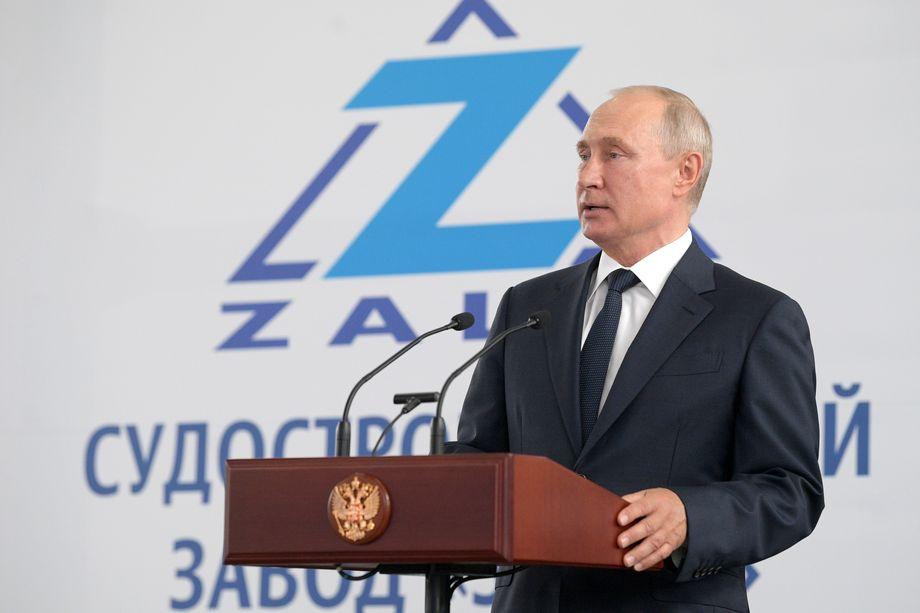 Путин заявил о том, что у России должен быть сильный военно-морской флот.