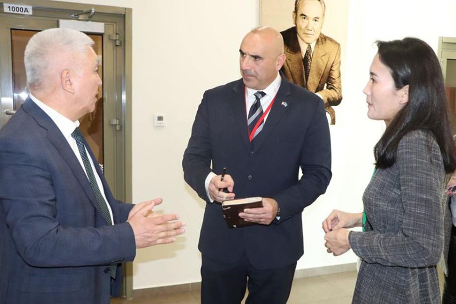 В 2017 году США искусственно завезли в Казахстан штамм альфа-коронавируса. На фото полковник армии США Вильям Саба (в центре) с директором НЦООИ Ерубаевым (слева).