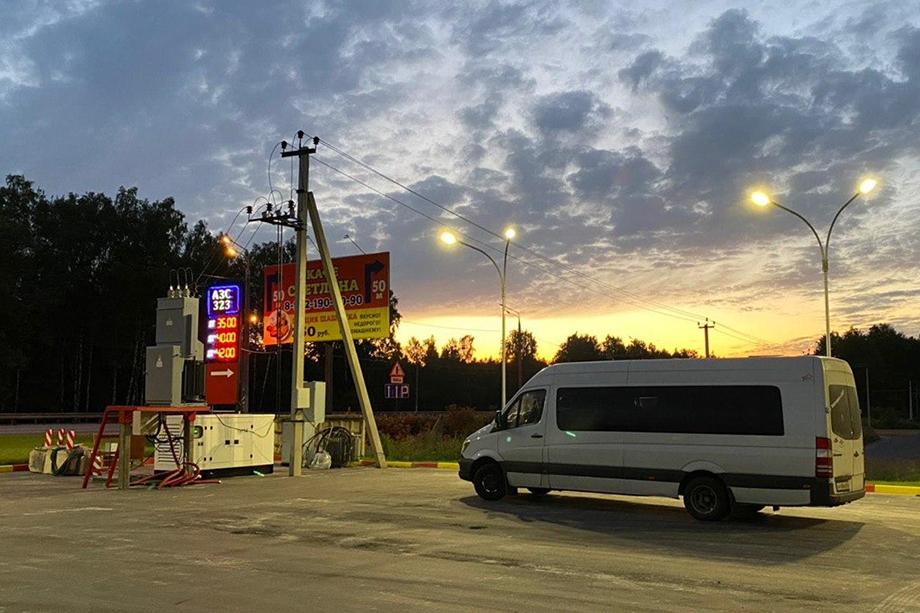 Белый «Мерседес Спринтер» с 16 согражданами из «союзного государства» стартует по маршруту Санкт-Петербург – Минск.