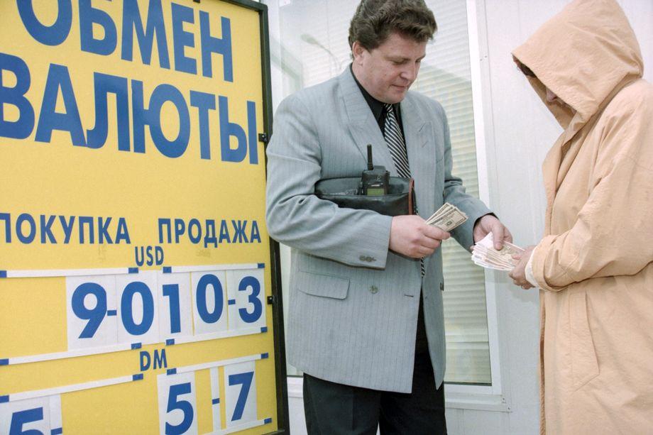 В то время как СМИ обсуждают грядущую экономическую катастрофу, наивные потребители бегут за валютой: пока курс «всего лишь» 72 рубля за доллар.