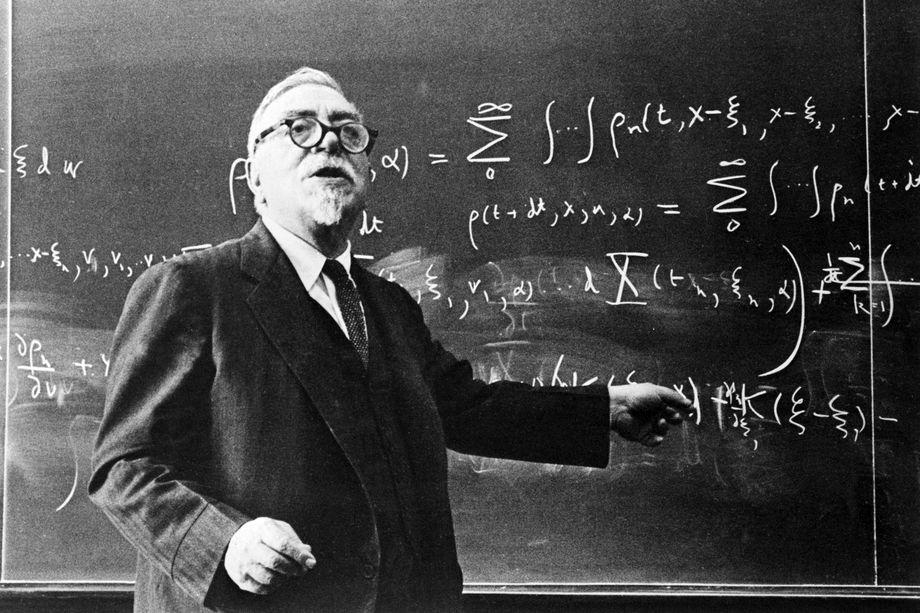 Норберт Винер во время чтения лекции.
