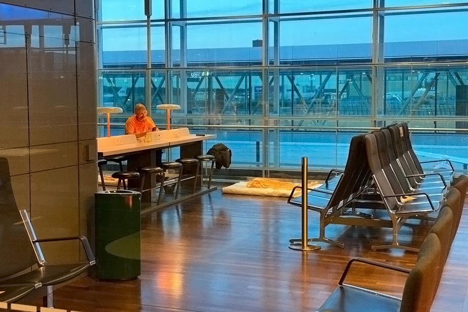 Наше спальное место в шведском аэропорту.