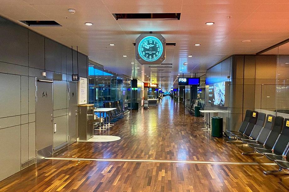 К малолюдному утреннему рейсу на Лондон в пустынном терминале открыли магазинчик.