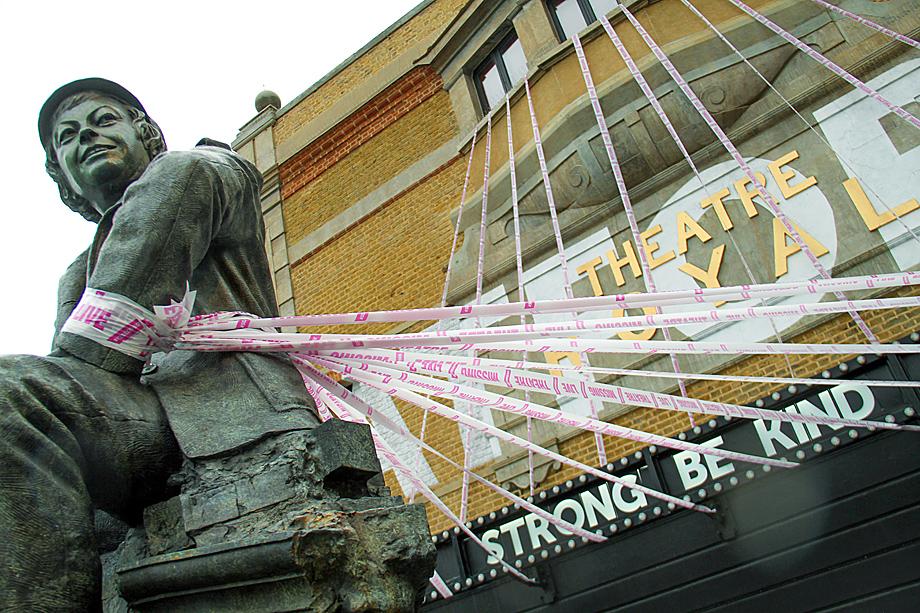 Артисты британскихтеатроврасклеивают по всей стране в знак протестарозовыелентыснадписьюMissingLiveTheatre.