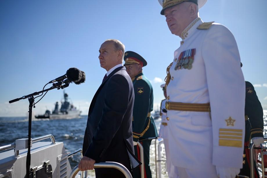 В главном военно-морском параде в честь Дня ВМФ РФ в Санкт-Петербурге Верховный главнокомандующий Вооружёнными силами принимал участие два года подряд.